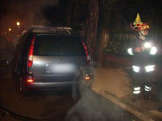 macchina incendiata - foto1