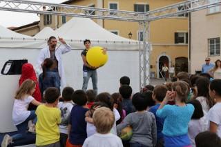 Show in piazza a Senigallia con Fosforo (ph. Gianluca Rocchetti)