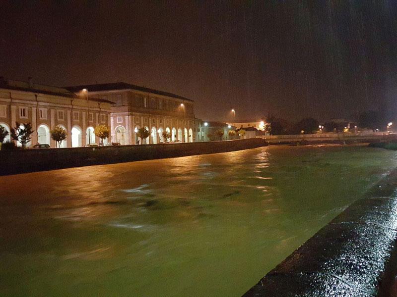 Il fiume Misa in centro a Senigallia attorno a mezzanotte del 23 maggio 2015