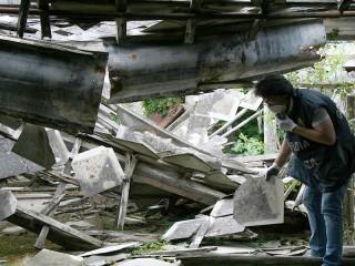 i pannelli e lastroni in eternit abbandonati sul suolo a Senigallia
