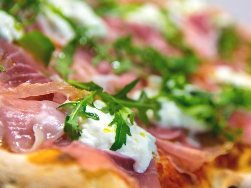 La farcitura della pizza alla pala della pizzeria Aculmò di Senigallia