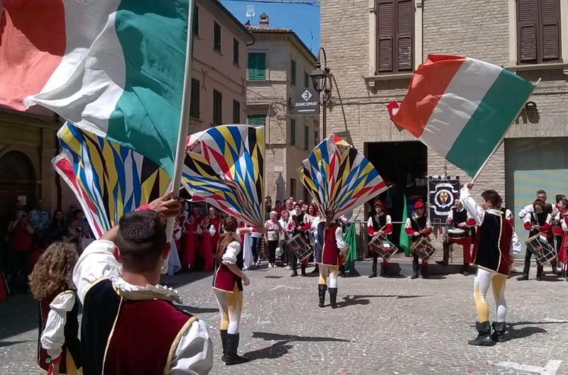 Spettacolo di sbandieratori con il Tricolore per la festa della Repubblica Italiana