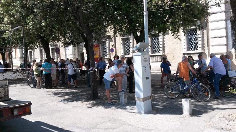 """Simbolica protesta in piazza Garibaldi, a Senigallia, martedì 16 giugno contro l'abbattimento dei lecci previsto nel progetto """"Orti del Vescovo"""""""