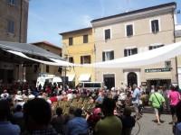 Il telone montato per combattere il calore in Piazza Roma