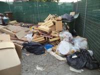 Rifiuti non raccolti nell'isola ecologica di via delle Caserme a Senigallia