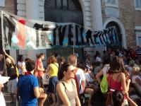Lo striscione contro le trivellazioni nell'Adriatico esposto in Piazza Roma
