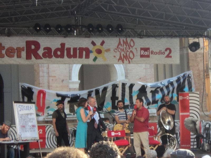 Lo striscione contro le trivellazioni nell'Adriatico esposto in Piazza Roma durante il CaterRaduno 2015