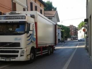 Mezzi pesanti in sosta in via Petrarca, a Senigallia