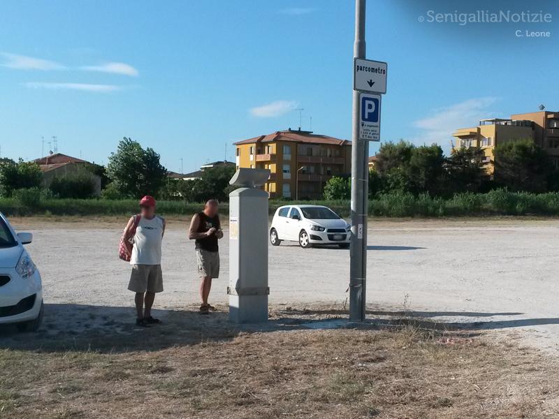 Utenti di fronte al parcometro di Villa Torlonia non in funzione
