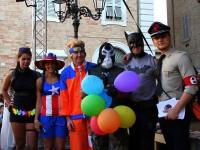 Il gruppo Normalmente Senigallia e alcuni cosplayer locali sul palco del CaterRaduno 2015