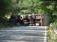 Le foto dal luogo dell'incidente alle Bettolelle di Senigallia: il tir ribaltato