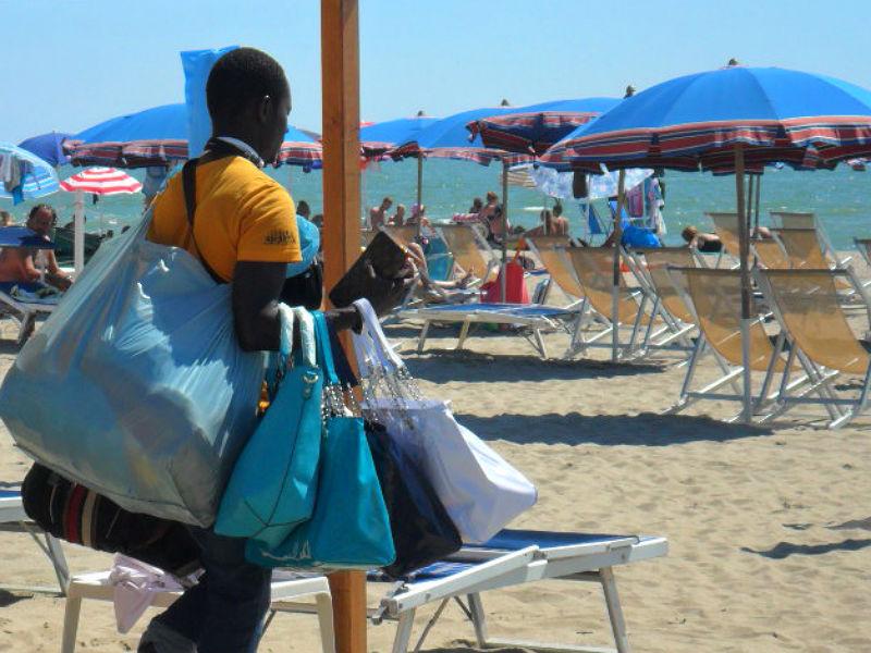 Venditore abusivo in spiaggia