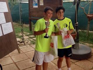 """Lorenzo Marcucci (sx) vince il 5° trofeo """"L'Albero dello Sport"""", categoria under 12 maschile, disputato al TC di Lucrezia dal 25 luglio al 2 agosto"""