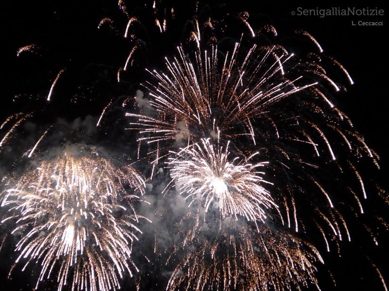 Lo spettacolo dei fuochi d'artificio continua a riscuotere successo a Senigallia