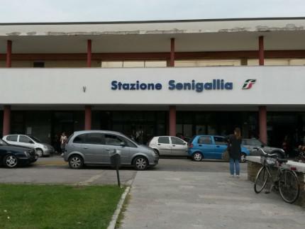Le auto parcheggiate la stazione ferroviaria di Senigallia