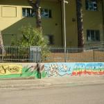 Il murales dipinto all'esterno della scuola dell'infanzia Arcobaleno di Barbara