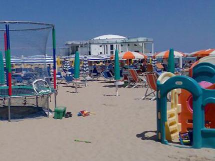 Attrezzature balneari e giochi per bimbi sulla spiaggia di Senigallia