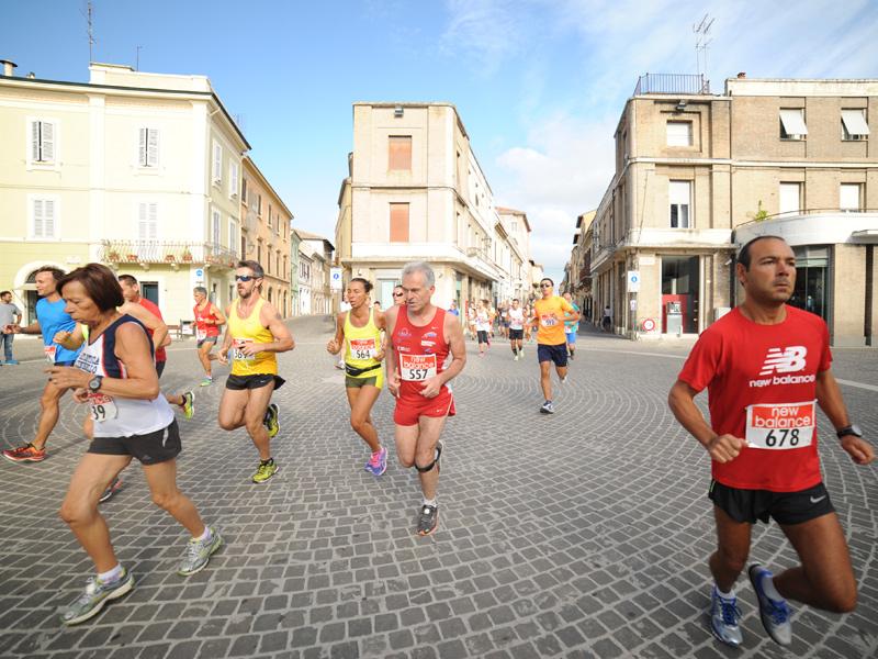 Gli atleti della Half Marathon 2015 sfilano per il centro di Senigallia