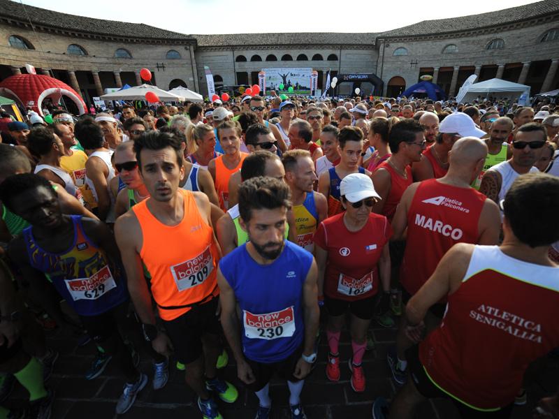 Gli atleti alla partenza al Foro annonario di Senigallia per la Half Marathon 2015