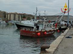 """Le operazioni di soccorso del peschereccio """"Poker"""" al porto di Ancona"""