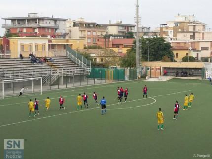 La punizione dei gialloverdi nel match tra Vigor Senigallia e Loreto