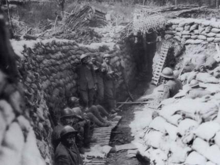Soldati in trincea durante la prima Guerra mondiale