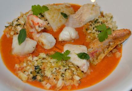 Zuppetta di pesce al pomodoro con crumble di pane alle erbe aromatiche e pesce misto