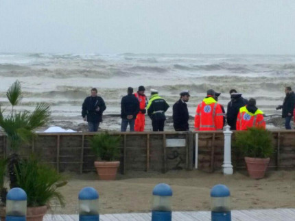 Le operazioni di recupero del corpo rinvenuto nella spiaggia di Senigallia