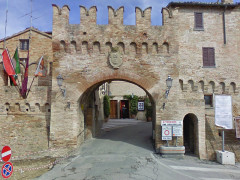 Corinaldo: la porta del vicolo dei ladroni e l'ingresso del teatro C.Goldoni