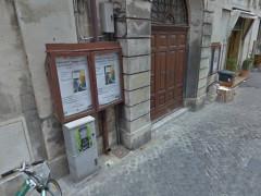 La sede del PD di Senigallia in piazza Simoncelli, angolo via Gherardi: le quattro bacheche