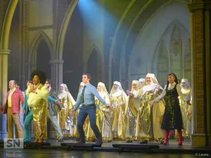 una scena di 'Sister Act - Il Musical' sul palco del teatro La Fenice di Senigallia