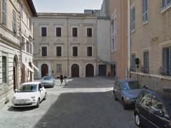 Auto in sosta in via fratelli Bandiera, nei pressi del teatro La Fenice di Senigallia
