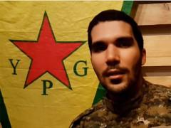 Karim Franceschi e il vessillo dell'YPG