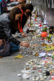 Fiori e candele a Parigi dopo gli attentati terroristici. Foto di Daniele Ferretti