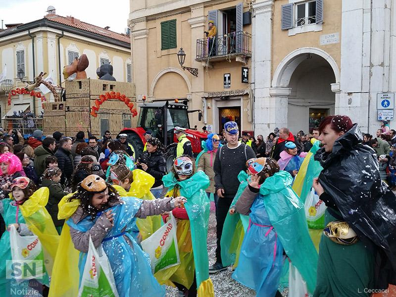 Uno dei tanti gruppi mascherati a Senigallia per il Carnevale 2016 lungo le vie del centro storico
