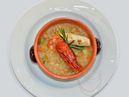 Minestra di farro e legumi con cannocchie, calamaretti e verdure