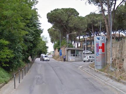 La strada del Camposanto Vecchio a Senigallia e l'ingresso all'area dell'ospedale