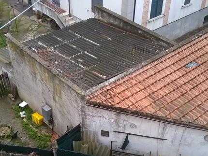 Tetti in amianto: la situazione di un manufatto in via Castelfidardo