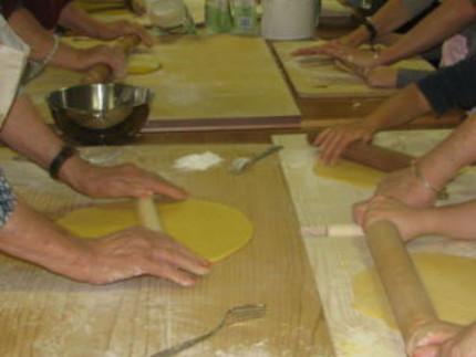 """""""Ti vengo a trovare"""": bambini e anziani cucinano insieme"""