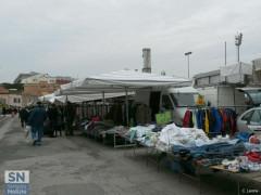 Mercato cittadino nel piazzale antistante lo stadio Bianchelli di Senigallia