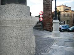 I due pali all'ingresso del centro storico di Ostra