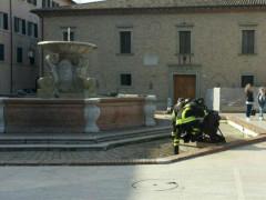 Vigili del Fuoco spengono fiamme da fontana