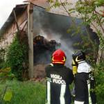 I Vigili del fuoco intervengono per un incendio a un capanno agricolo