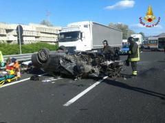 La scena dell'incidente avvenuto nell'A14 all'altezza di Loreto: 118, Vigili del fuoco e Polizia Stradale sul posto