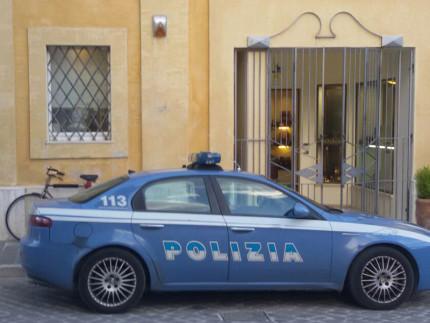 La Polizia sul luogo della rapina alla gioielleria di via Carducci, a Senigallia