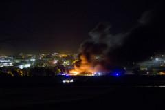 L'incendio al magazzino Union Cosmetics visto da via Berardinelli - foto Giulia Brenna