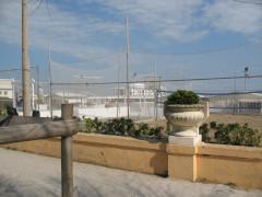Il lungomare di Senigallia pieno di attrezzature balneari lasciate anche nei mesi invernali