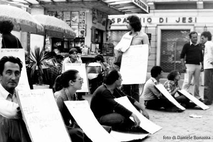 Una manifestazione durante gli anni '70 in piazza Roma, a Senigallia. Foto di Daniele Bonazza