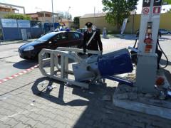 Colonnina del self service abbattuta durante il furto al distributore Q8 al Cesano di Senigallia. Indagano i Carabinieri