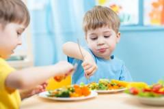 Pasti vegani e vegetariani per i bambini alla mensa scolastica